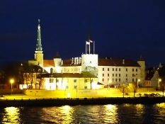 Rigas borg set fra broen over floden/Riga castle as seen from the bridge across the river