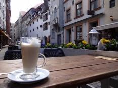 En café latte i solskinnet udenfor/A café latte in the sunshine outdoors