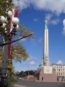 Frihedsmonumentet med en æresvagt foran/The freedom monument with a guard in front of it