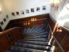 Okkupationsmuseets trappe viser berømte gæster/The Occupation museumʹs stairway shows famous guests