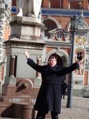 En lettisk bas sang igennem på pladsen/A Latvian bass sang on the square