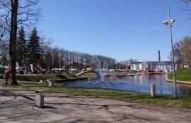 Park i det gamle voldanlæg med markedsboder/Park at the former ramparts with market stalls