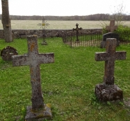 På kirkegårdene stod de gamle kors i græsset/On the church yard the crosses stood in the grass