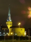 Skt. Olavs kirkes tårn ved nattetide/St. Olafʹs Churchʹs tower at night time