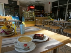 Jeg nød en kop kaffe og en kage i sportshallens café/I enjoyed coffee and cake in the gymʹs café