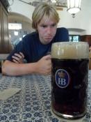 Simon nøjes med at kigge på fars øl