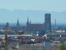 Centrum set fra Olympiaberg med Alperne i baggrunden