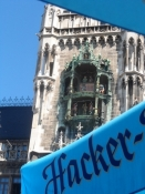 Rådhustårnet set fra en parasol på Marienplatz
