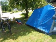 Simon hviler sig på campingpladsen i Grainau