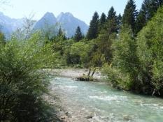 Floden Loisach løber rundt om campingpladsen