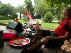 Frokostpause i en park i Reutte