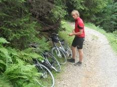 Vi er ikke mountainbikere og stiller cyklerne ...