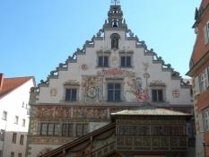 Rådhusets bagside med flot overdækket trappe i træ.