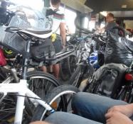 Cyklerne står tæt pakket i toget til München.