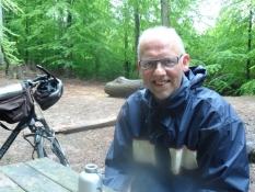 Frokostpause ved rislebæk i skoven