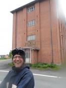 Bernhard foran en nedlagt fabrik i Højrup
