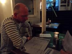Michael studerer Børsens menukort