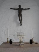 Alter og krucifiks i Vind kirke