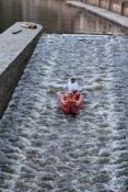 Bootfahrer auf der Wasserrutsche