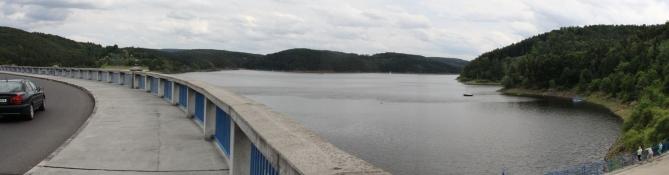An der Staumauer des Orlík-Staussees