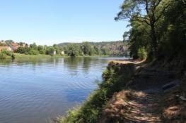 Schlechtes Wegstück mit schöner Aussicht gegenüber von Libčice
