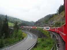 Toget snor sig langsomt op mod passet/The train slowly winds up to the mountain pass
