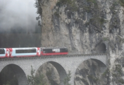 Den slutter med en tunnel midt på klippesiden/It finishes at a tunnel on the sheer cliff face