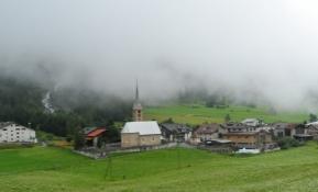 Skyerne hænger lavt over bjerglandsbyerne/Clouds hanging low above the mountain villages