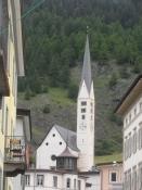 Kirken i Zernez har et meget slank kirketårn/The Zernez church has a very slim tower