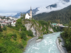 Flot velkomst til Scuol, højt oppe over floden/Great view of Scuol, situated high above the river
