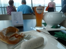ʺHvide pølserʺ, salkringle og hvedeøl/White sausages, a pretzel and wheat beer