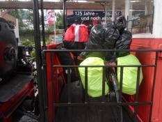 Cyklerne blev forsvarligt placeret på bagperronen/Our bikes were safely placed on the rear platform