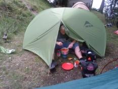 Simon laver ravioli med pølse i sit telt/Simonʹs preparing ravioli with sausages in his tent