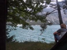Vores telte stod lige ned til søbredden/Our tents were pitched right on the lakeside