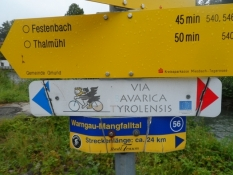 Skiltning på ruten (i midten)/Signposting on our route (the sign in the middle)