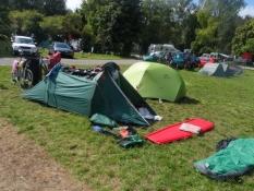 Vi tørrer vores udstyr i solen på campingpladsen/Drying our stuff in the sun at the camp site