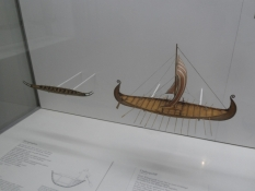 Modeller af Hjortspringbåden fra Als og et vikingeskib/Models of an iron age and a viking age ships