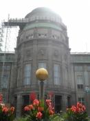 En model af solen foran hovedindgangen/A model of the Sun in front of the main entrance