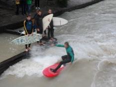 Surfere på Eisbachwelle/Surfing Munich on the Eisbach wave