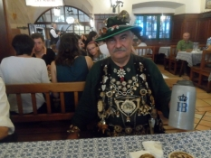Flot søndagspyntet bayrer ved stambordet/Posh Sunday-decorated Bavarian at his regular table