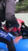 Her trækkes han op i båden igen/Here heʹs pulled back into the boat