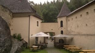 Indergården på slottet i Landeck i regnvejr/The inner court yard of the Landeck castle in rain