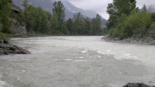 Sannas vand er mørkere end Inns gletsjersmeltevand/Sannaʹs water is darker than that of the Inn