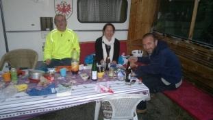 Aftenhygge på pladsen med et fransk par/Supper at the campsite together with a French couple
