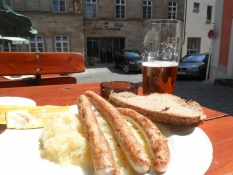 Bratwurst på sauerkraut på Klosterbräu/Fried sausages on sauerkraut at Klosterbraeu