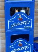 Fässlas lille dværg optræder på kasserne/The Faessla leprechaun features on the crates