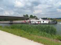 Livlig skibstrafik på kanalen, der forbinder Europa/Busy ship traffic on the canal linking Europe