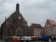 Frauenkirche på hovedmarkedspladsen i regnvejr/Our Ladyʹs Church on the main market square in rain