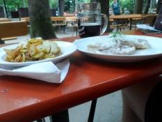 Brasede kartofler, surkød med ʺmusikʺ og Sorte Anna/Fried potatoes, sour meat and Black Anna