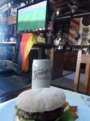 Den bød på mad, øl og fodbold. Perfekt!/They served food, beer and football. Perfect!